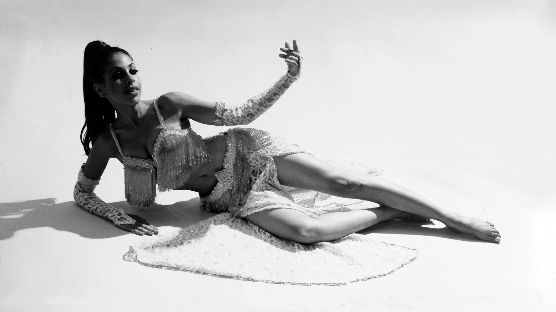 Tanzkunst Wien Paula Nadal Tanzkunstmentorin des orientalischen Tanzes -Bauchtanz als Kunstform Foto schwarz weisse
